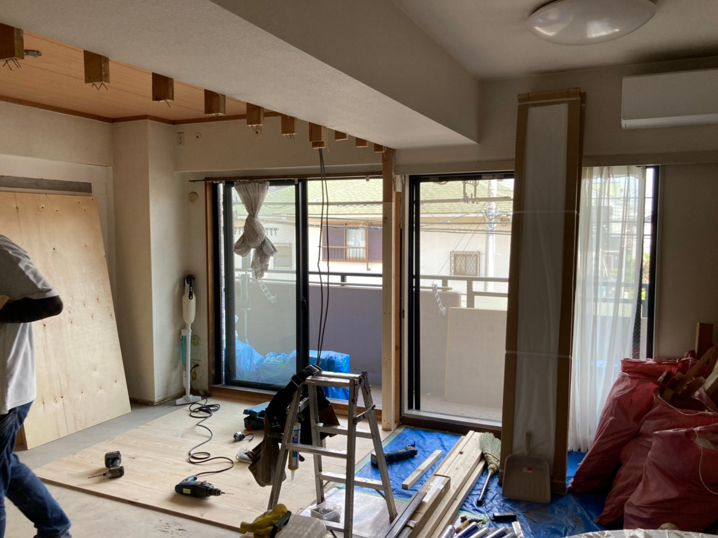 壁を解体したマンションの和室