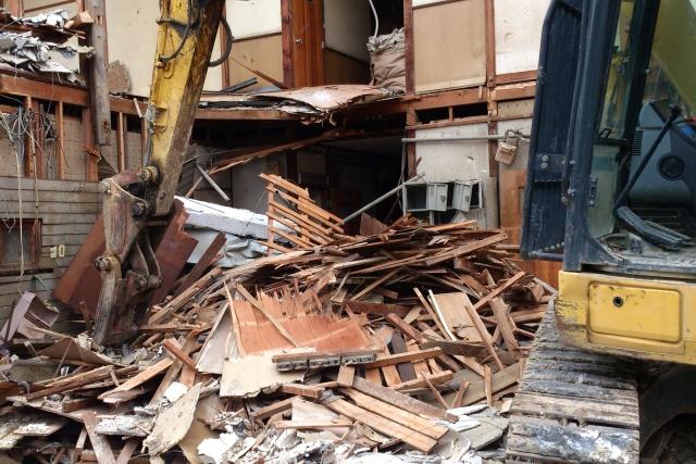 解体中の戸建て住宅