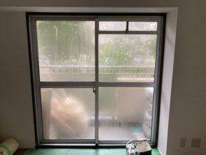 結露したマンションの窓